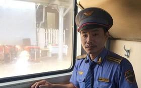 列車長黎文詩對乘客遺留的財物作筆錄並交給編號SE21列車的列車長抵達廣義站後直接歸還失主。(圖源:黃俊)