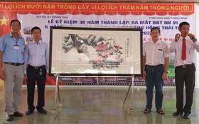 義賣名畫由陳良(左二)投得,阮青飛龍 (右二)報效1億元。