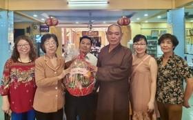 劉金華主席(左二)向釋慧功法師(右三)贈送禮物祝賀。