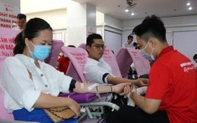 眾多年輕人踴躍參加捐血。