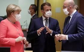 法國總統馬克龍(中)與德國總理兼歐盟輪值主席默克爾(左)在歐盟峰會進行談判。(圖源:路透社)