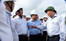 政府總理阮春福(右)視察隆城機場項目。(圖源:潘思)