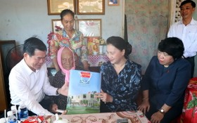 國會主席阮氏金銀(右二)探望並向越南英雄母親武氏偉(左二)贈送禮物。(圖源:Chinhphu.vn)