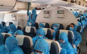 從歐洲乘搭客機回國的我國公民全程穿著防護服。(圖源:外交部)