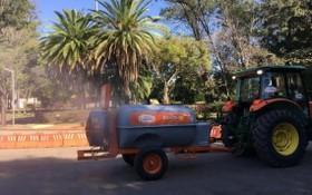 在巴西聖保羅,一輛消毒車在當地一公園噴灑藥水進行消毒作業。(圖源:互聯網)