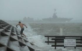 """當地時間7月25日,颶風""""漢娜""""來襲,美國得州科珀斯克里斯蒂市港口掀起風浪。(圖源:AP)"""