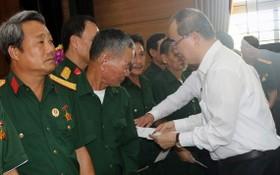 市委書記阮善仁(右)向河南省各家榮軍療養中心的榮軍、傷病員贈送禮物。(圖源:大義)