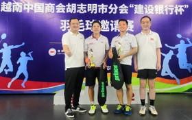吳駿總領事(右一)和趙騫會長(左一)向中年組一等獎獲獎者頒獎。