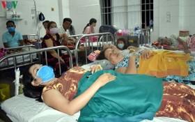 獲送醫院治療的瓦斯中毒工人。(圖源:VOV)