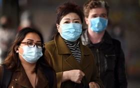 圖為墨爾本居民戴口罩出行。(圖源:AFP)