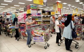 馬來西亞首都吉隆坡消費者在一家超市裡選購物品。