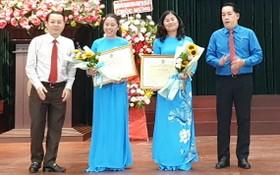 黨中央候補委員、市委常務委員、第五郡郡委書記阮文孝(左一)向郡勞動聯團主席、 副主席頒發越南勞動總聯團獎狀。