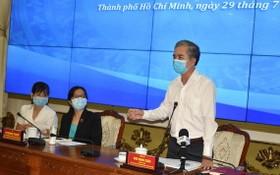 市人委會副主席吳明珠(右)在會議上發言。(圖源:泰安)