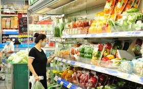 前 7 個月平均 CPI 指數上升 4.07 %。圖為消費者在超市選購食品。(圖源:秋莊)