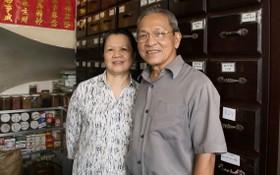 張文慶醫師夫婦在他們守了數十年的逢安堂藥店。