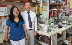 方洲與妻子在他們的縫紉機售賣店。