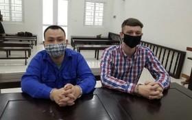出庭受審的兩名被告人阮德孟(左)及安德魯‧伊雅燦‧亞歷山大。(圖源:阮興)