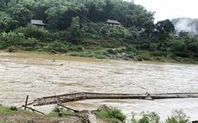 清化省關山縣中進鄉林村臨時橋被洪水沖毀。(圖源:平安)