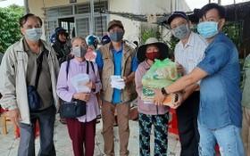 慈善團向當地貧困家庭贈送禮物。