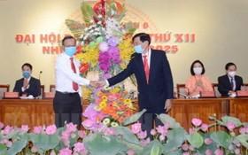 市委民運處主任阮友協(左)向大會贈送鮮花祝賀。