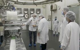 高肇力總經理(左一)向美國駐本市總領事館代表團介紹月餅生產線。