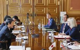 日本外相茂木敏充與英國國際貿易大臣特拉斯7日在倫敦舉行了貿易磋商。(圖源:共同社)