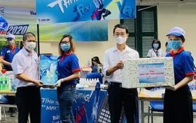 市大中學生輔助中心與天龍集團代表向志願大生贈送禮物。