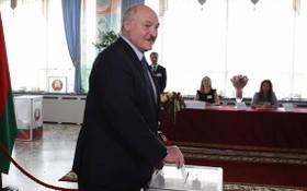 8月9日,在白俄羅斯首都明斯克的一個投票站,盧卡申科參加總統選舉投票。(圖源:新華社)