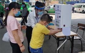 病人進入第一兒童醫院前洗手殺菌。(圖源:市衛生廳)