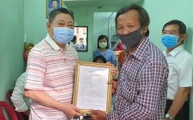 杭慰瑤先生(左)將溫情屋修建證書轉交黃富家庭。