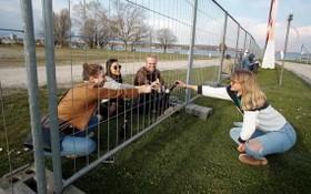 德國瑞士封鎖邊界,兩國民眾隔護欄聚餐 。(圖源:路透社)