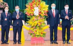 市委書記阮善仁(右二)送花籃祝賀第二郡黨部大會。(圖源:市黨部新聞網)