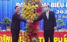 市委組織處主任阮胡海(右)向大會贈送花籃祝賀。