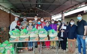 慈善團在林同省保林縣發放禮物時合照。(佩霖)