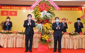 市人委會主席阮成鋒(前左)向大會送鮮花表示祝賀。(圖源:越勇)