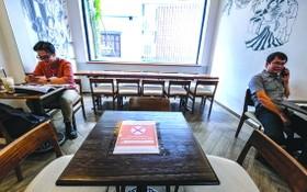 河內咖啡廳實施社交距離。(圖源:南陳)
