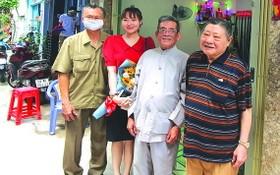 杭慰瑤先生(右一)與黃金利貧戶及各代表合影。