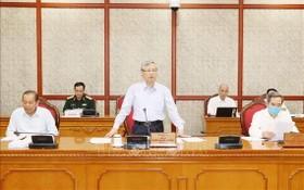 黨中央書記處常務書記陳國旺(中)21日在平順省委常務處會議發表講話。(圖源:越通社)