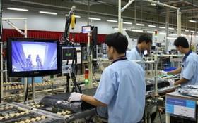 工人在越南三星電子工廠工作。(圖源:VTV)