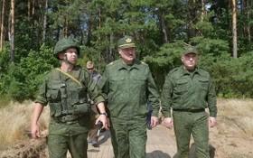 白俄羅斯總統亞歷山大‧盧卡申科(中)22日親往視察格羅德諾軍事基地。(圖源:路透社)