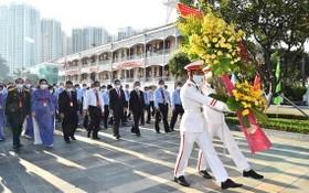 各代表出席大會前向胡志明主席塑像敬獻鮮花。(圖源:越勇)