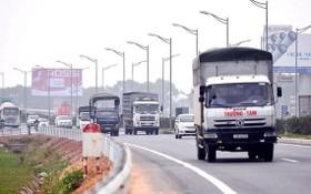 卡車在河內-太原高速公路行駛。
