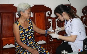 醫護人員上門為一名高齡者提供醫療服務。(圖源:新河內報)