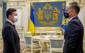 24日,烏克蘭總統澤連斯基(左)與德國外長馬斯會晤。 (圖源:烏通社)