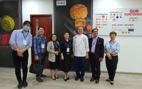 亞洲餅家總經理高肇力(右三)同第五郡商會代表團合影留念。