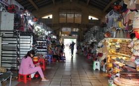 濱城市場生意冷淡,顧客寥寥無幾。