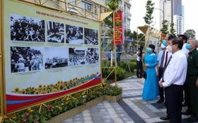 市人委會主席阮成鋒與各代表觀展。(圖源:草黎)