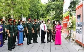 """""""胡志明主席陵-永久花園""""圖片展吸引了各界觀眾前來觀賞。(圖源:青玄)"""