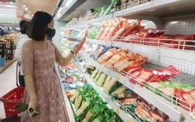 消費者在超市選購食品。(示意圖源:耀基)