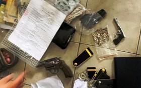 查獲的手槍、子彈及其他非法物品。(圖源:A.X)